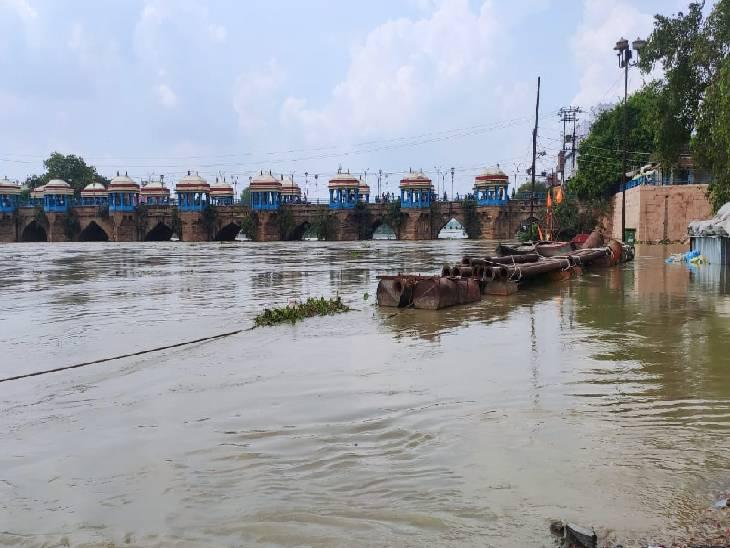गोमती नदी का जलस्तर बढ़ने से रुका रिवर फ्रंट का काम।