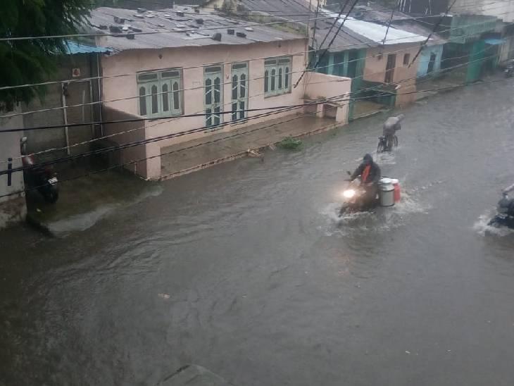 रतलाम शहर में बारिश की वजह से सड़कों पर भरा पानी।
