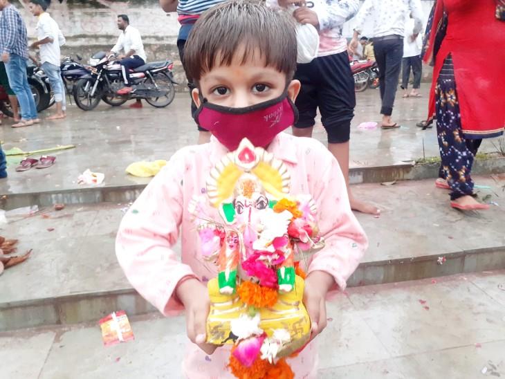 जयकारों के साथ श्रद्धालुओं ने अनंत चतुर्दशी पर घरों में विराजमान भगवान गणेश की मूर्तियों का विसर्जन किया गया झांसी,Jhansi - Dainik Bhaskar