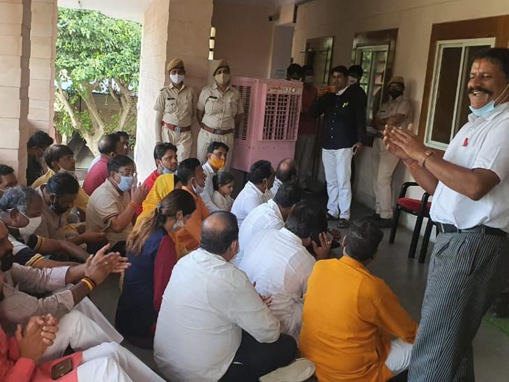 गुस्साए भाजपा पार्षदों ने नगर निगम आयुक्त के चेंबर में किया विरोध, नगर निगम ग्रेटर के बाद अब हेरिटेज में भी शुरू हुआ विवाद जयपुर,Jaipur - Dainik Bhaskar