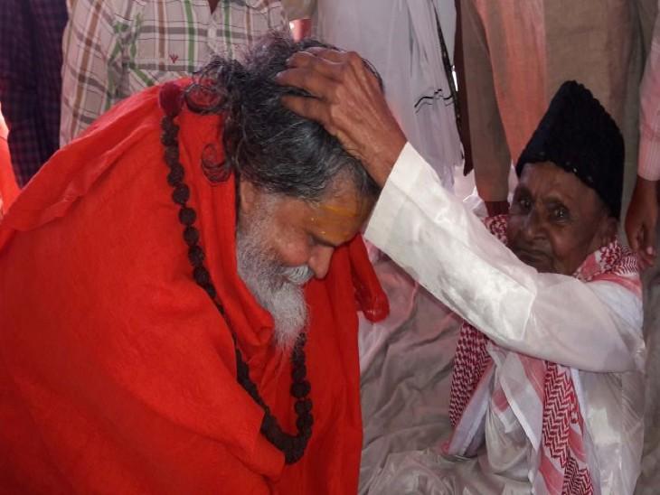 30 मई 2016 महंत नरेंद्र गिरि ने बाबरी मस्जिद के मुद्दई हाशिम अंसारी से उनके पांजी टोला स्थित निवास पर जाकर मुलाकात की थी। इस दौरान उन्होंने कहा था कि वह हाशिम अंसारी के पुत्र के समान हैं।
