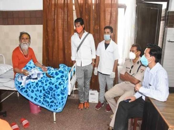 अप्रैल 2021 में हरिद्वार में लगे कुंभ मेले के दौरान महंत नरेंद्र गिरि कोरोना पॉजिटिव हो गए थे। कोविड केयर सेंटर में महंत का हालचाल लेने मेला अधिकारी दीपक रावत पहुंचे थे।