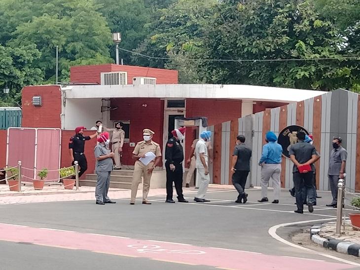 नए CM के शपथग्रहण की तैयारियों को लेकर राजभवन पहुंचे DGP दिनकर गुप्ता।