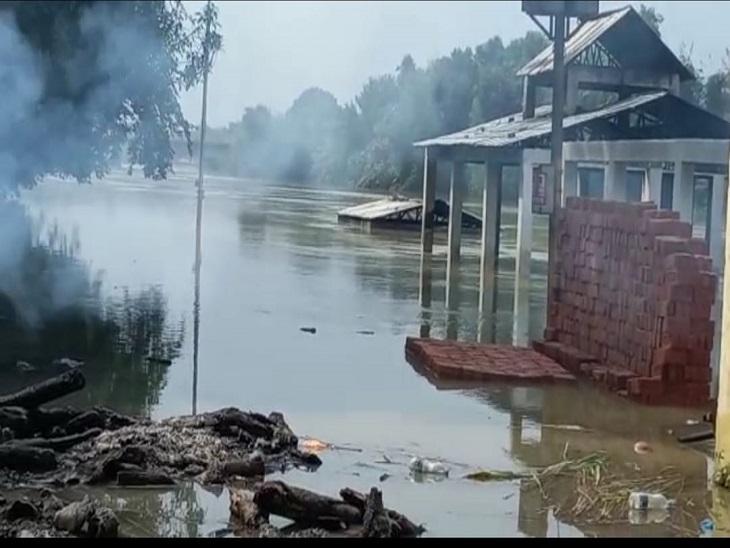 सड़क किनारे शव जलाने को मजबूर हो रही जनता, प्रशासन का दावा झूठा, वादे पर खरे नहीं उतरे ईओ|आजमगढ़,Azamgarh - Dainik Bhaskar