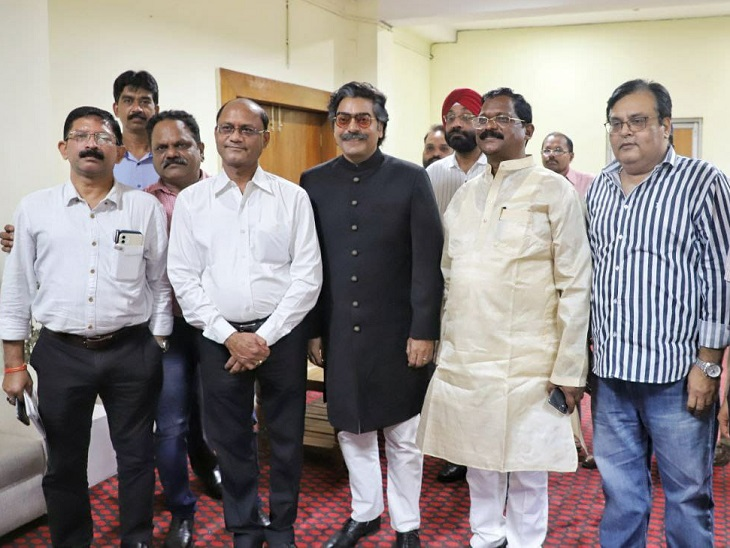 अभिनेता आशुतोश राणा के साथ संस्कृति मंत्री अमरजीत भगत, विधानसभा के प्रमुख सचिव चंद्रशेखर गंगराड़े, विधानसभा के अधिकारी और स्थानीय फिल्म कलाकार।