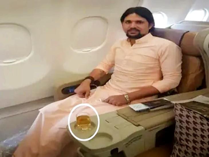 आनंद गिरि की इस फोटो पर विवाद हुआ था। उन्होंने अपनी सफाई में कहा था कि यह शराब नहीं एपल जूस है।