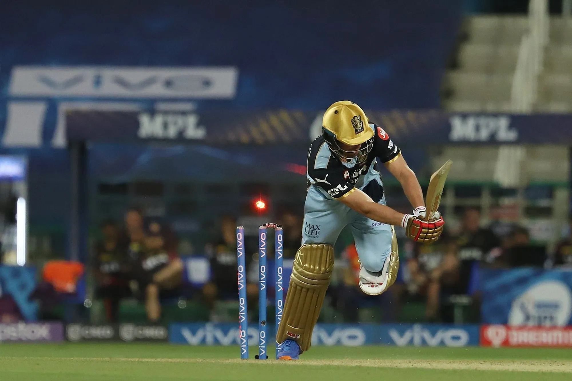AB डिविलियर्स का IPL में 10वीं बार खाता नहीं खुला। आंद्रे रसेल ने पहली ही गेंद पर उनकी गिल्ली उड़ा दी।