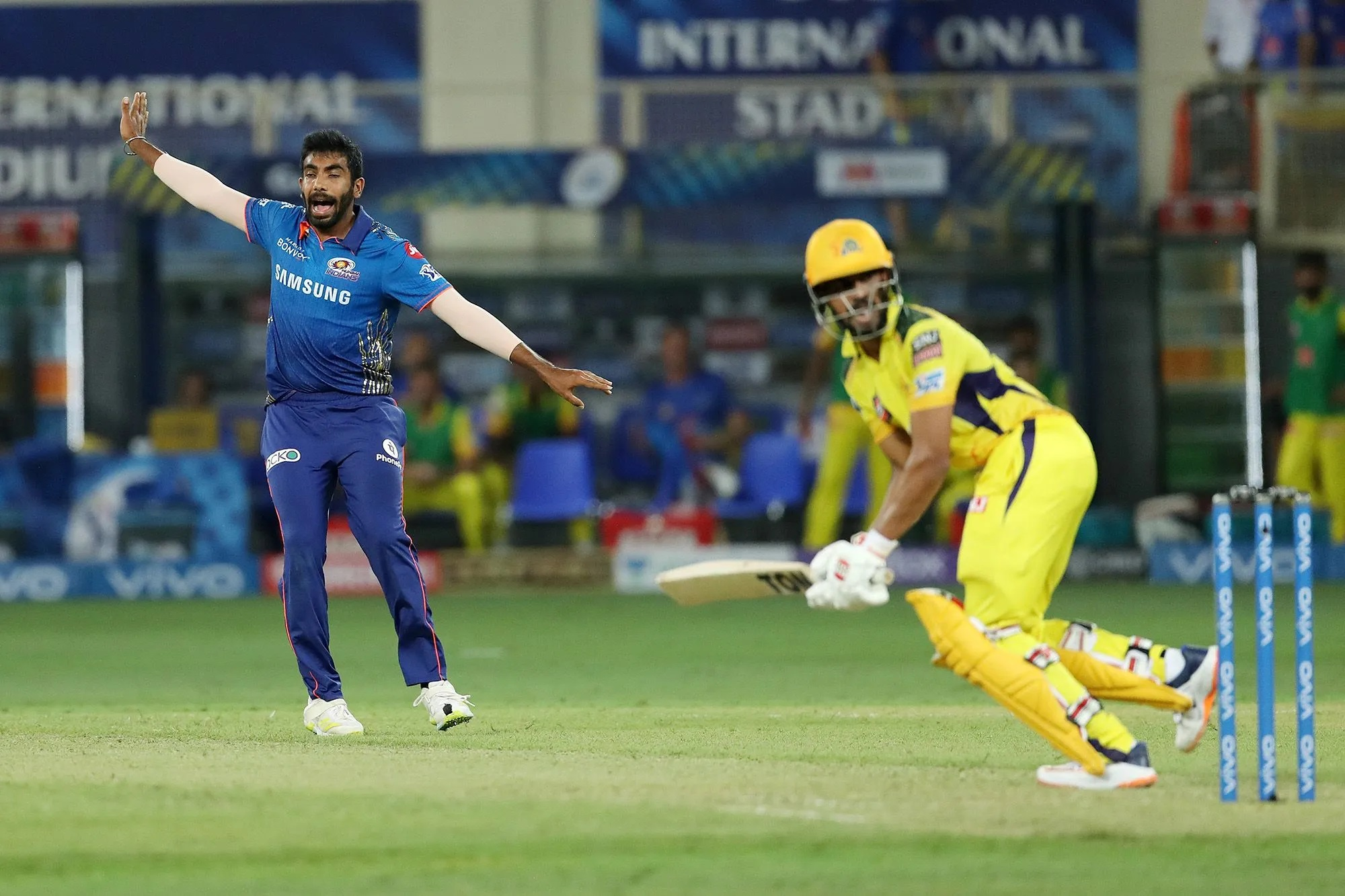 पोलार्ड ने बुमराह का इस्तेमाल रोहित से जुदा अंदाज में किया। बुमराह को शुरुआती 6 ओवर बॉलिंग नहीं दी। 5वें ओवर में बॉल थमाई थी, लेकिन फिर वापस ले ली। बुमराह आए तो चेन्नई की आधी टीम पवेलियन लौट चुकी थी, 4 विकेट गिर गए थे। बुमराह ने 2 विकेट लिए। ये उनका IPL का 100वां मैच था।