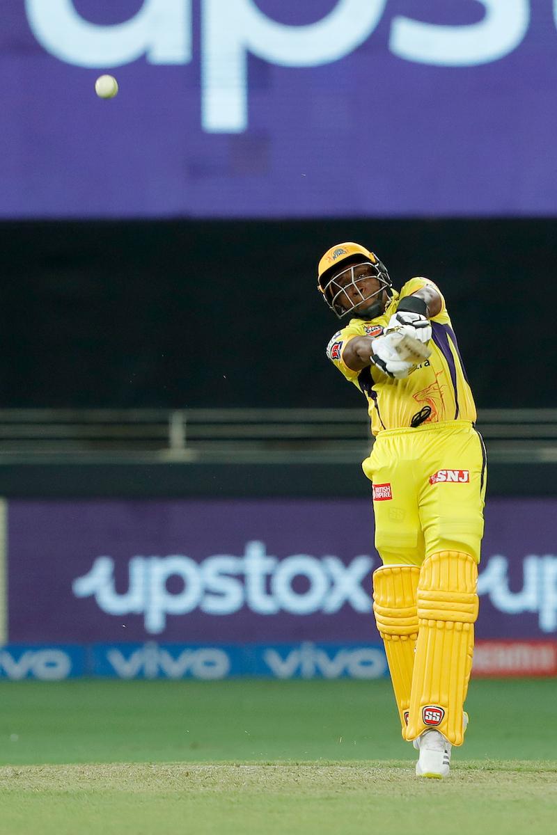 17वें ओवर की चौथी गेंद पर रवींद्र जडेजा आउट हो गए, तब कुल 105 रन बने थे। गेंदें बची थीं कुल 20। क्रीज पर आए 37 साल के खिलाड़ी ड्वेन ब्रावो। उन्होंने सिर्फ 8 गेंदों में 23 रन की पारी खेली। उन्होंने 3 सिक्स लगाए।