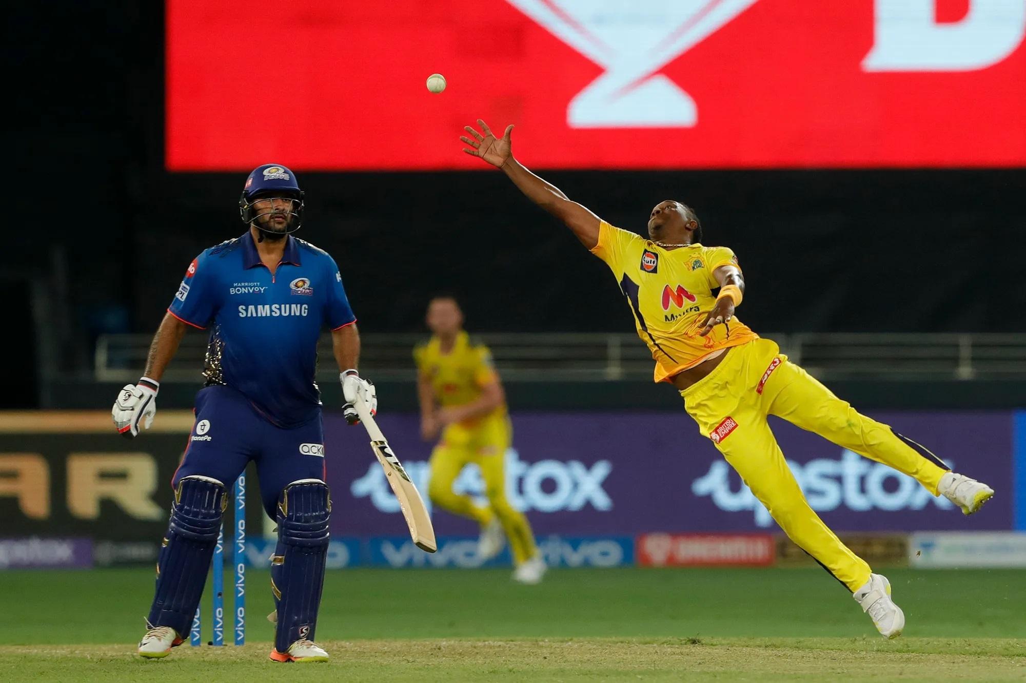 बैटिंग में दम दिखा चुके ड्वेन ब्रावो ने 4 ओवर में 25 रन देकर 3 विकेट लिए। इसके साथ उन्होंने जबर्दस्त फील्डिंग कर टीम के लिए रन भी बचाया।