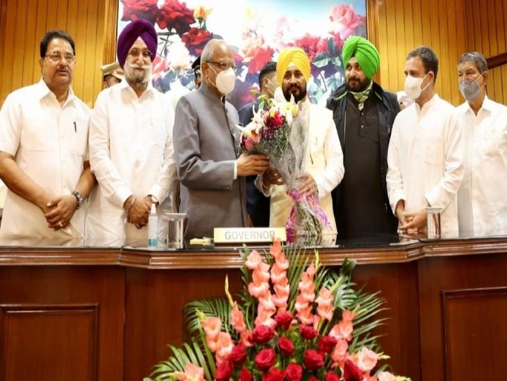 नए CM चन्नी को बधाई देने मंच पर पहुंचे नवजोत सिद्धू, देरी से पहुंचे राहुल गांधी ने भी स्टेज पर नई लीडरशिप से मिलाया हाथ चंडीगढ़,Chandigarh - Dainik Bhaskar