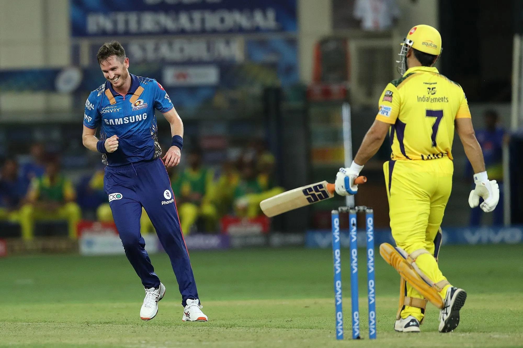 महेंद्र सिंह धोनी बैटिंग करने उतरे तो किरोन पोलार्ड ने उनका विकेट लेने के लिए शॉर्ट लेग पर फील्डर खड़ा कर दिया। धोनी आउट भी शॉर्ट गेंद पर हुए।