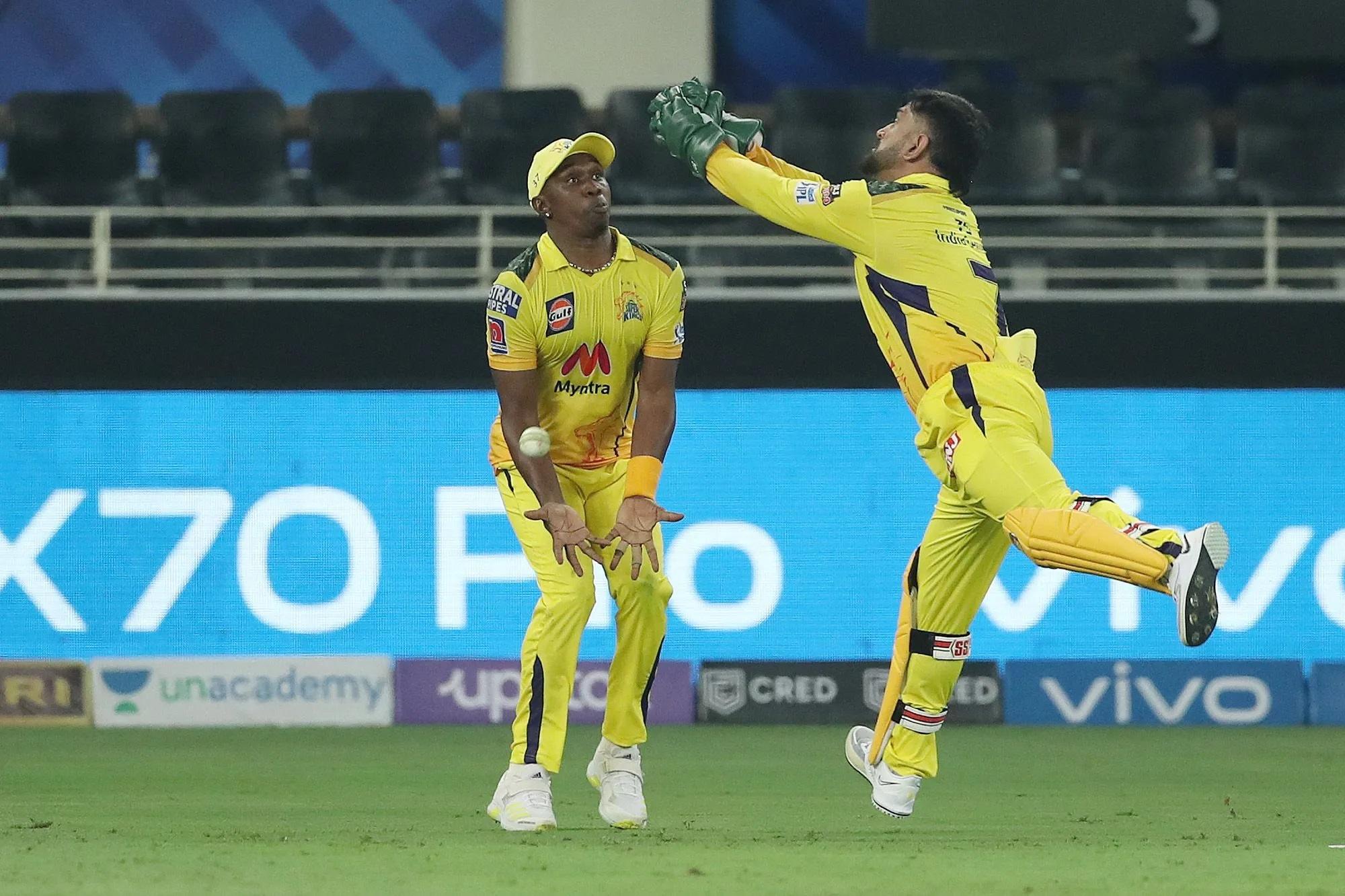 चेन्नई और जीत के बीच 45 रन बनाकर खेल रहे सौरभ तिवारी थे। उनका कैच उठा, लेकिन धोनी और ब्रावो के बीच कन्फ्यूजन के चलते कैच छूट गया। गलती किसी की भी नहीं थी, पर कैप्टन कूल माही यहां थोड़े नाराज नजर आए।