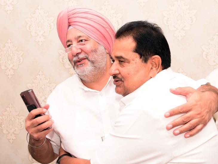 खडूर साहिब से सांसद जसबीर सिंह डिंपा ओपी सोनी को बधाई देते हुए।