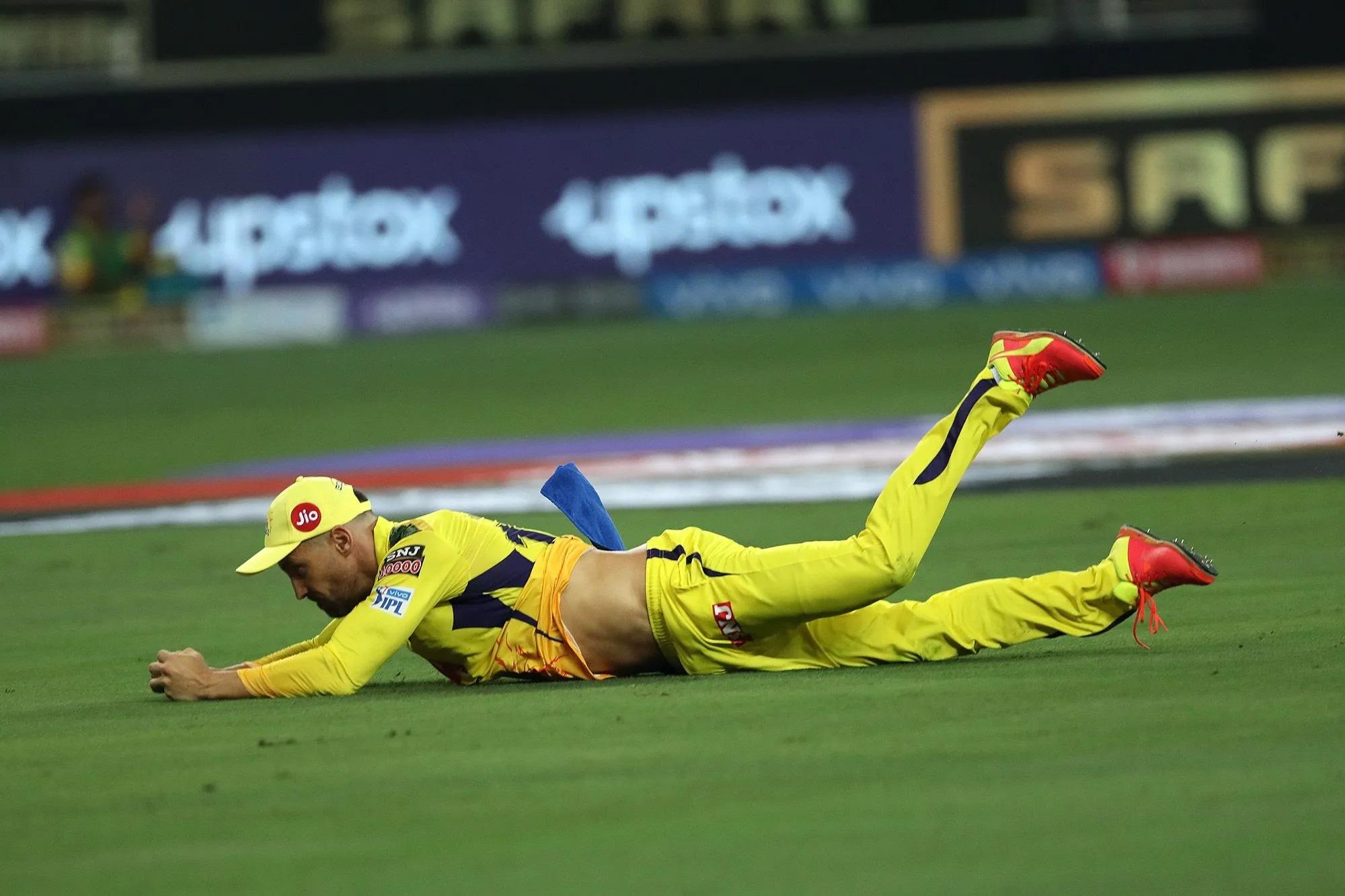 शार्दुल ठाकुर की गेंद पर सूर्य कुमार यादव ने शॉट लगाया। फाफ डूप्लेसी ने कूदकर कैच पकड़ लिया, लेकिन इस दौरान उनकी टी-शर्ट इतनी ऊपर खिसक गई कि वो टॉपलेस होते-होते बचे।