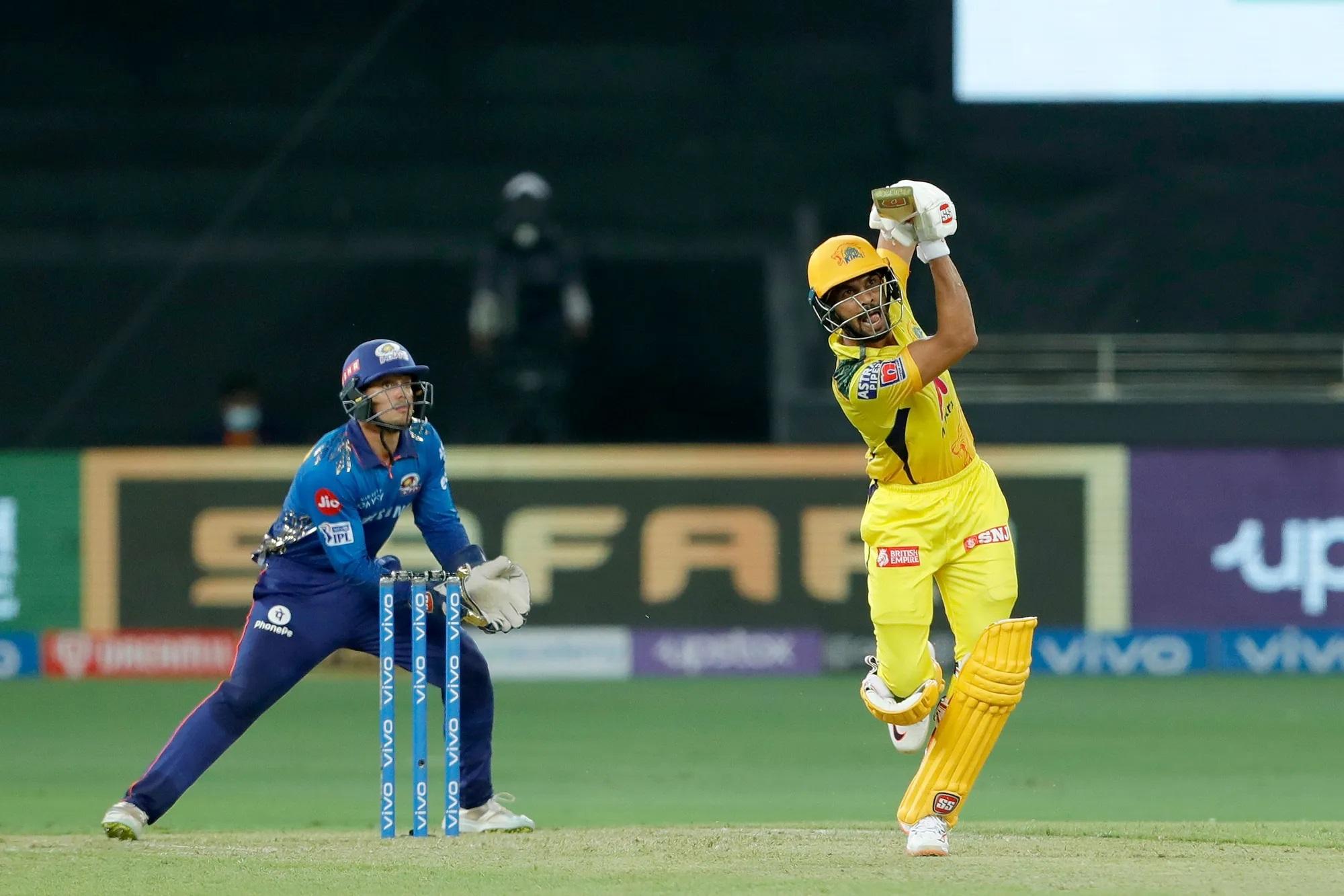 डूप्लेसी, मोइन अली, रैना, धोनी और जडेजा जैसे बल्लेबाजों से सजी चेन्नई के लिए पहला सिक्स 12वें ओवर में लगा। ऋतुराज गायकवाड़ ने क्रुणाल की गेंद पर सामने सिक्स मारा।