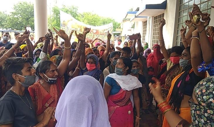 कनेक्शन देने की मांग को लेकर अनन्तपुरा ऑफिस का घेराव किया, अधिकारी- कर्मचारियों ने खुद को ताले में बंद रखा कोटा,Kota - Dainik Bhaskar
