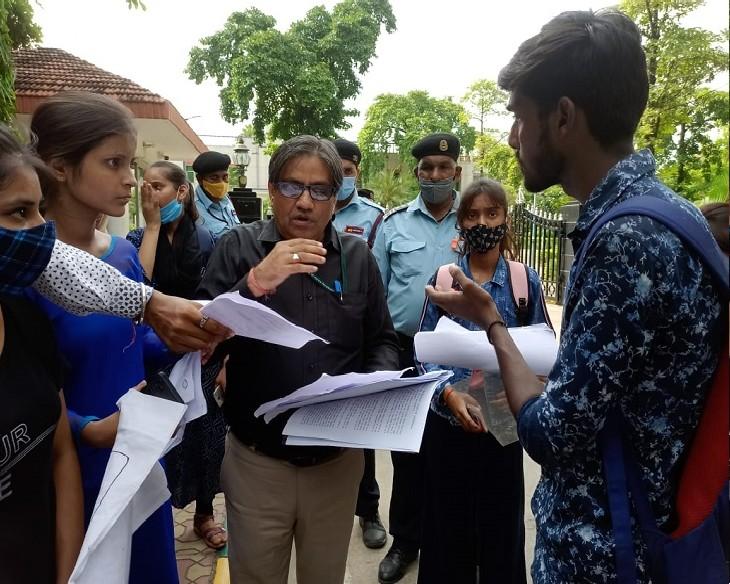 चीफ प्रॉक्टर ने प्रार्थना पत्र लेकर किया रवाना, छात्रों ने दो दिन में जवाब न मिलने परवीसीके घेराव की दी चेतावनी|कानपुर,Kanpur - Dainik Bhaskar