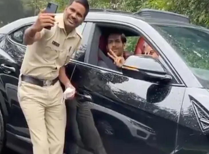 पंचगनी में शूटिंग कर रहे कार्तिक आर्यन कार ड्राइव करते हुए रास्ता भूले, पुलिस वाले ने मदद करने से पहले खींची सेल्फी|बॉलीवुड,Bollywood - Dainik Bhaskar