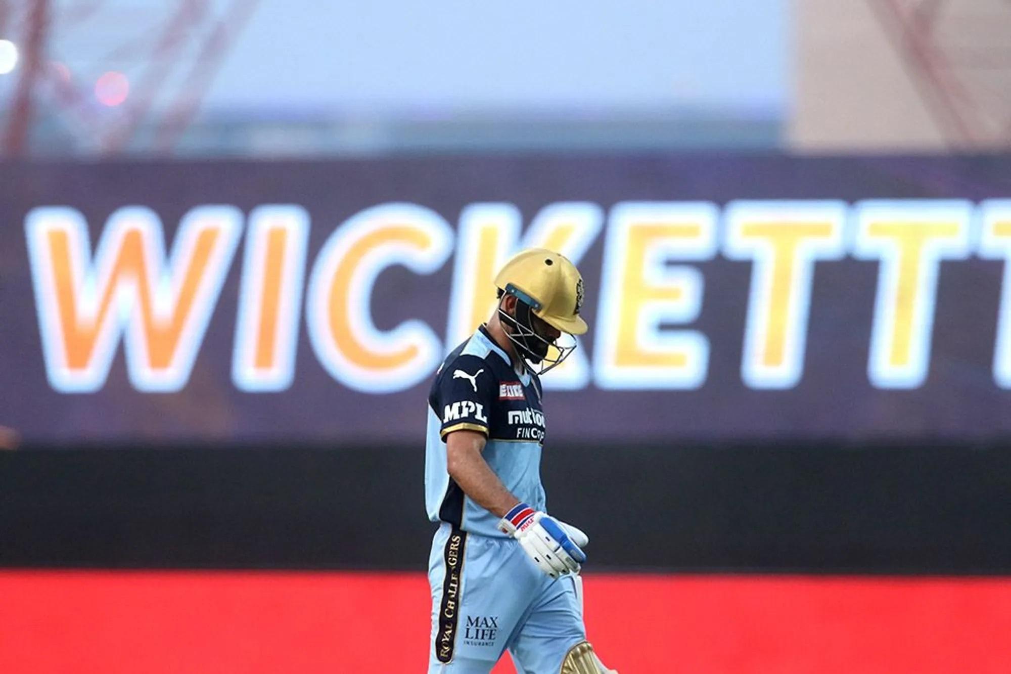 पहले T-20 फिर RCB की कप्तानी को छोड़ने का ऐलान करके टेंशन फ्री विराट कोहली सिर्फ 4 गेंद खेल पाए। चौथी गेंद पर ही वो LBW यानी लेग बिफोर विकेट आउट हो गए, लेकिन उन्हें भरोसा नहीं हुआ। उन्होंने अंपायर के फैसले को चैलेंज किया फिर विकेट भी गया और रिव्यू भी।