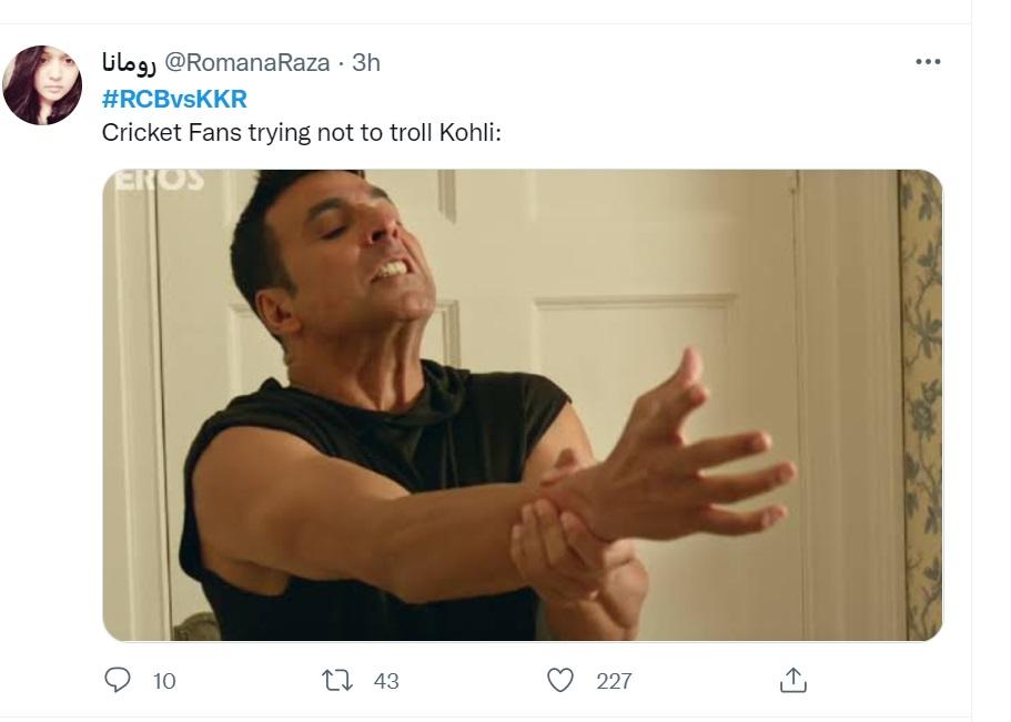 एक यूजर ने अक्षय कुमार की अपने हाथ को पकड़कर खींचते एक तस्वीर शेयर करते हुए लिखा कि कोहली के आउट होने के बाद सारे क्रिकेट फैन्स की यही हालत है। वो कोहली को ट्रोल करने से बचने के लिए अपने हाथ पकड़ के बैठे हैं।