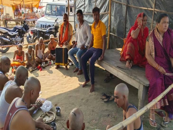 पुरखों के श्राद्ध के लिए दूर-दूर से पहुंचे परिजन, संगम में किया स्नान, मुंडन के बाद श्राद्ध कर्म में हुए शामिल|प्रयागराज (इलाहाबाद),Prayagraj (Allahabad) - Dainik Bhaskar