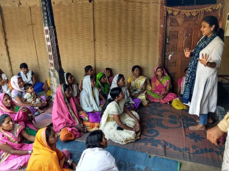 30 साल की सलोनी सचेती राजस्थान के अलवर जिले की रहने वाली हैं। वे आदिवासी महिलाओं के साथ मिलकर बांस से हैंडीक्राफ्ट आइटम्स तैयार करती हैं।