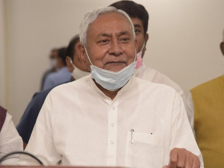 जनता दरबार के बाद मीडियकर्मियों से बातचीत करते CM नीतीश कुमार। - Dainik Bhaskar
