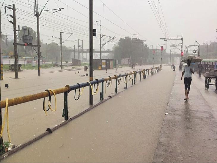 बारिश के दौरान दिल्ली-मुंबई ट्रैक की पटरियां डूब गईं। स्टेशन पर ही पानी प्लेटफॉर्म के बराबर आ गया। - Dainik Bhaskar