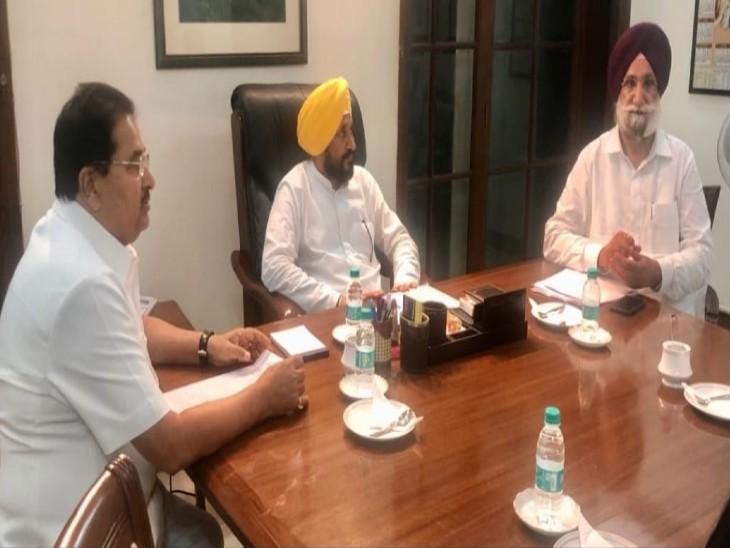 कैबिनेट बैठक में मौजूद ख्यमंत्री चरणजीत चन्नी, डिप्टी सीएम सुखजिंदर रंधावा और ओपी सोनी।