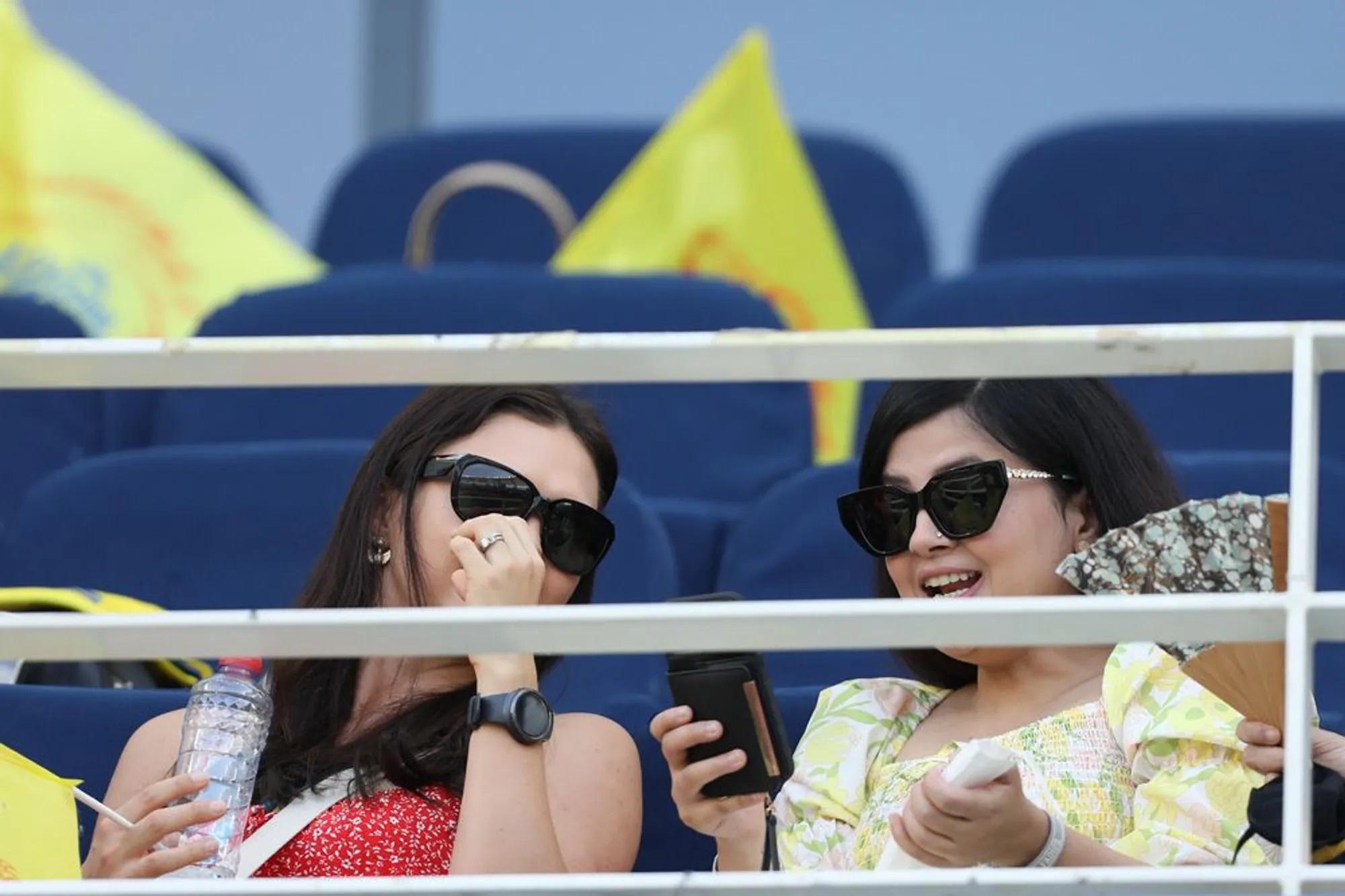 साक्षी धोनी भी मैच का लुत्फ लेते देखी गईं।