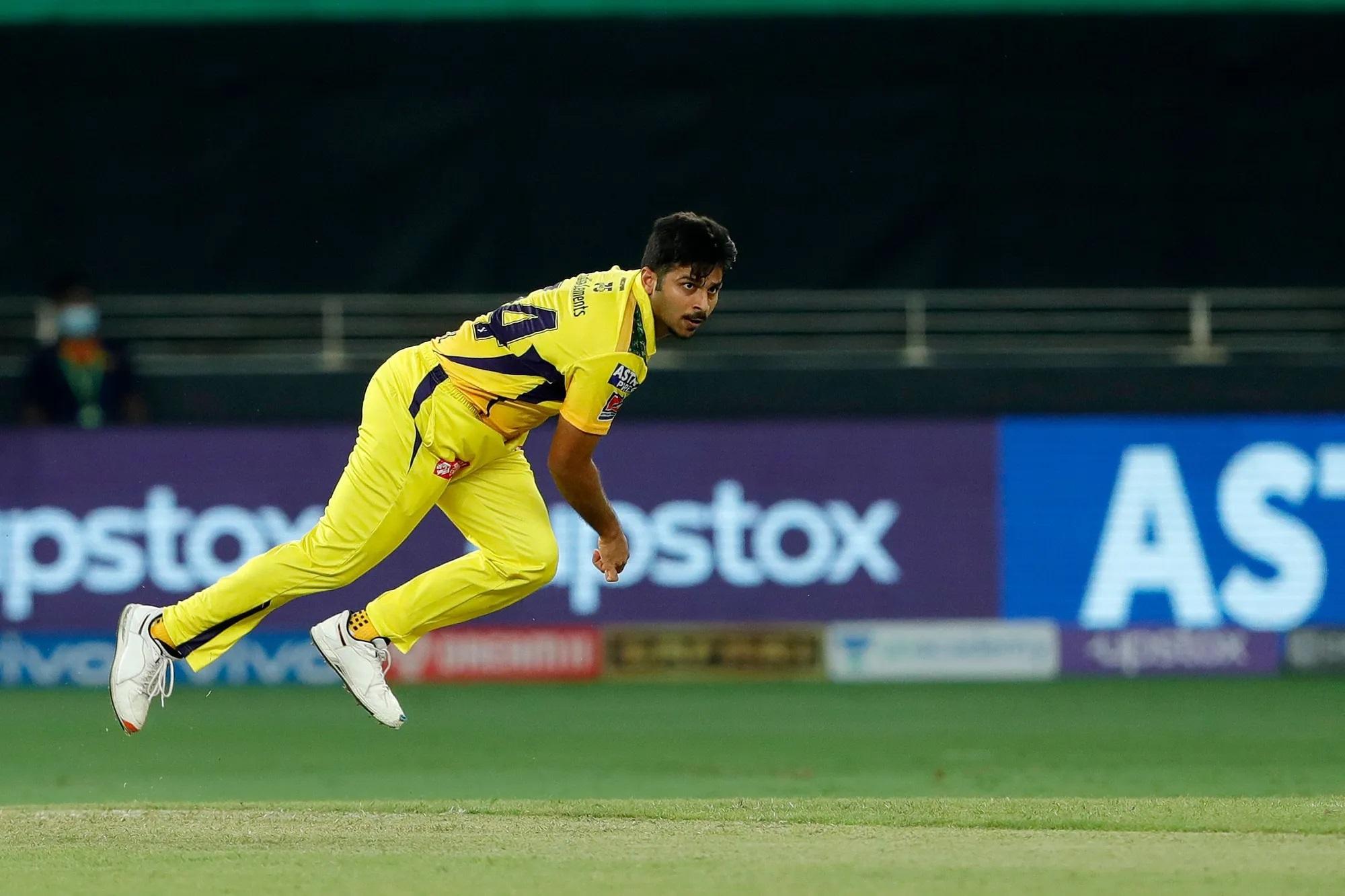 19वां ओवर फेंकने के लिए धोनी ने शार्दुल ठाकुर को बुलाया। 4 गेंदें ठीक फेंकने वाले शार्दूल की लाइनलेंथ आखिर में बिगड़ गई। उन्होंने दो वाइड गेंद फेंकी।