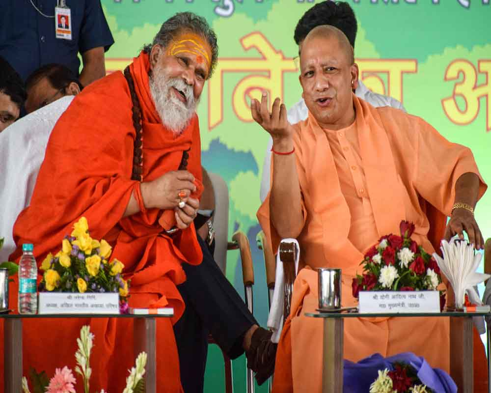 उत्तर प्रदेश के मुख्यमंत्री योगी आदित्यनाथ के साथ महंत नरेंद्र गिरि। -फाइल फोटो।