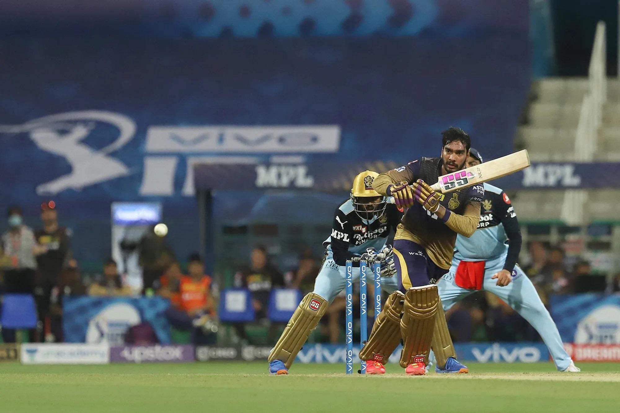वेंकटेश को जब RCB के स्पिनर्स बॉलिंग करने आए तो उन्होंने हेलमेट उतार दिया और बिना कैप लगाए बैटिंग करने लगे। पहले ही मैच में उन्होंने 27 गेंद में 7 चौके और 1 छक्के की मदद से 41 रन बनाए।