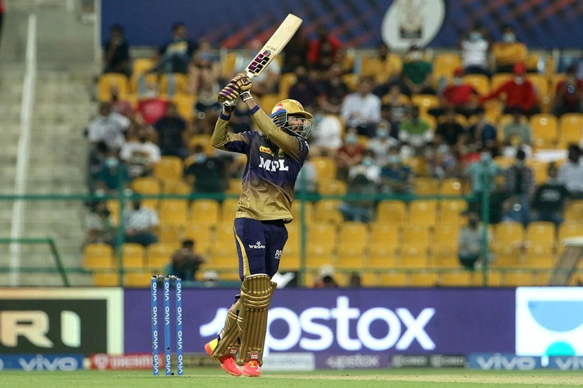 KKR की बैंटिंग की शुरुआत करने शुभमन गिल के साथ आए डेब्यू करने वाले खिलाड़ी वेंकटेश अय्यर। वो तेजी से रन बनाने के मूड में थे। तीसरा ओवर सिराज लेकर आए तो वो हर गेंद पर बड़े शॉट ट्राई कर रहे थे। लेकिन सिराज ने उन्हें 6 की 6 गेंद खिला दी और रन दिए सिर्फ 2।