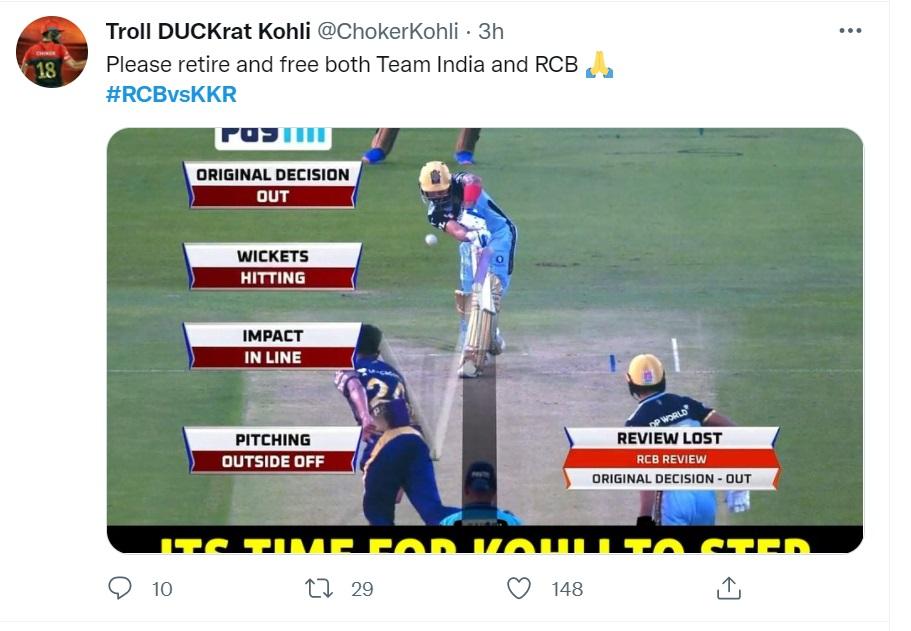 एक ट्रोलर ने कोहली के आउट होने वाली तस्वीर को ट्वीट कर कहा कि कोहली कृपया रिटायर हो जाइए, इंडिया और RCB दोनों को मुक्त कर दीजिए।