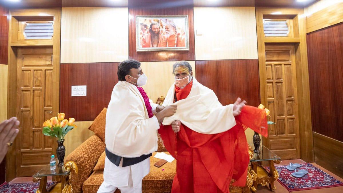 हरिद्वार में लगे कुंभ मेले में 11 अप्रैल 2021 को अखिलेश यादव ने महंत नरेंद्र गिरि से मुलाकात की थी। इस मुलाकात के बाद ही नरेंद्र गिरि की कोरोना रिपोर्ट पॉजिटिव आई थी।
