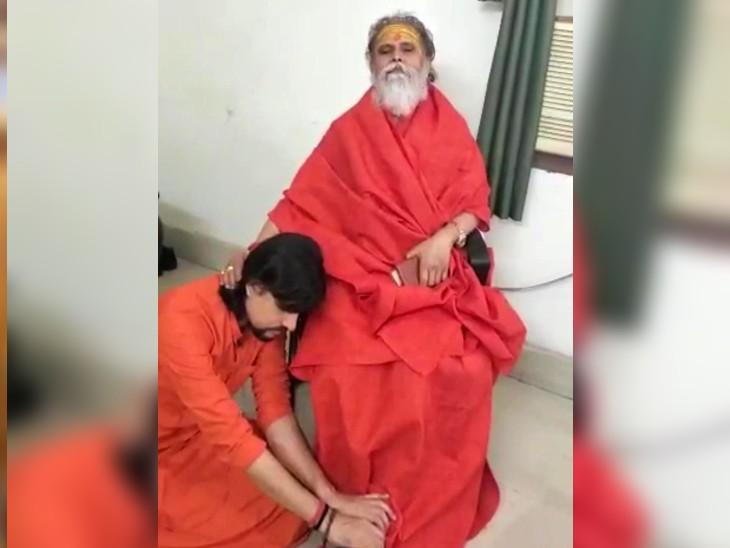 महंत नरेंद्र गिरि और उनके शिष्य आनंद गिरि के बीच विवाद लंबे समय चला था। 26 मई 2021 को आनंद गिरि ने अपने गुरु महंत नरेंद्र गिरि के पैर छूकर माफी मांगी थी।