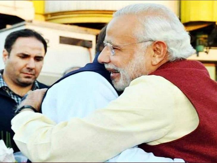 दिसंबर 2015 में मोदी अचानक पाकिस्तान यात्रा पर पहुंच गए थे। उन्होंने पाकिस्तान के तत्कालीन प्रधानमंत्री नवाज शरीफ को गले लगाया था। ये फोटो हरीश रावत ने शेयर की है।