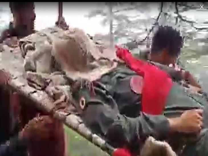 हादसे में घायल पायलट को अस्पताल ले जाती रेस्क्यू टीम।