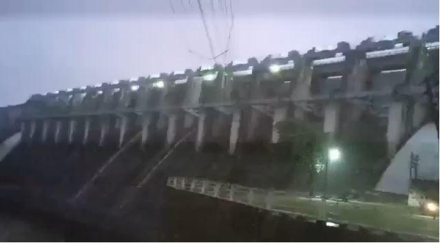 सुबह 5.30 बजे दो गेट खोले, इसके बाद 8 बजे कुल 4 गेट खुले, सायरन बजाकर किया अलर्ट, बांध का जल स्तर 281.30 मीटर पहुंचा, मध्यप्रदेश से बेकवाटर में करीब 23 हजार क्यूसेक पानी की आवक जारी|बांसवाड़ा,Banswara - Dainik Bhaskar