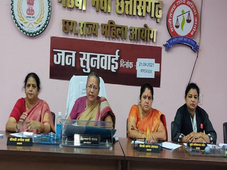 महिला आयोग के सदस्य सदस्य।