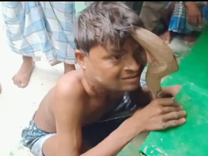 मजार पर चोरी करने आये चोर का हाथ दानपात्र में फंसा, साथी हुए फरार; सुबह लोगों ने देखा तो बोले-बाबा ने दे दी सजा|कन्नौज,Kannauj - Dainik Bhaskar