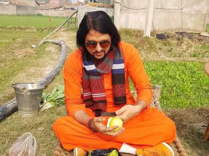 आनंद गिरि का अपने गुरु नरेंद्र गिरि से लंबे समय से विवाद चल रहा था। आनंद ने नरेंद्र पर मठ की जमीन 40 करोड़ में बेचने के आरोप भी लगाए थे।