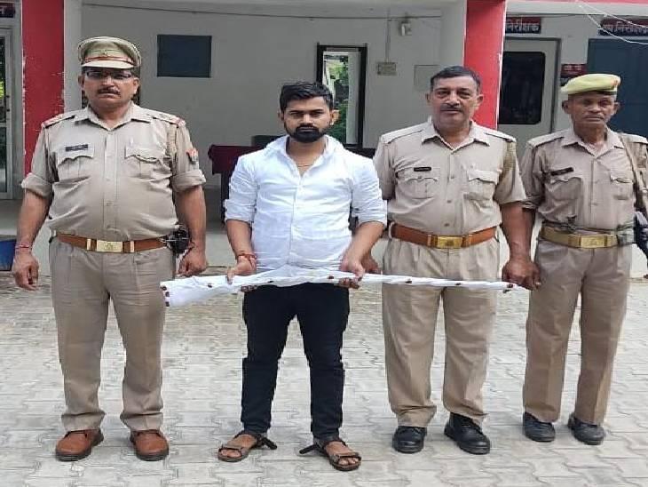 गैर कानूनी असलहों के खिलाफ पुलिस चला रही अभियान, आरोपी के पास से एक रायफल व तमंचा बरामद|कासगंज,Kasganj - Dainik Bhaskar