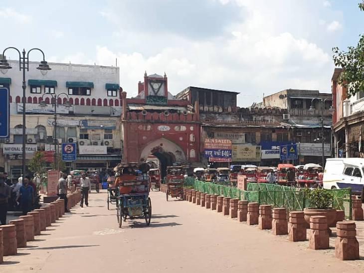 सड़क के दोनों तरफ लाल बलुआ पत्थर के स्तंभ सरीखे बनवाए गए हैं। जिस पर पर्यटक, मुसाफिर और कारोबारी बैठ सकेंगे।