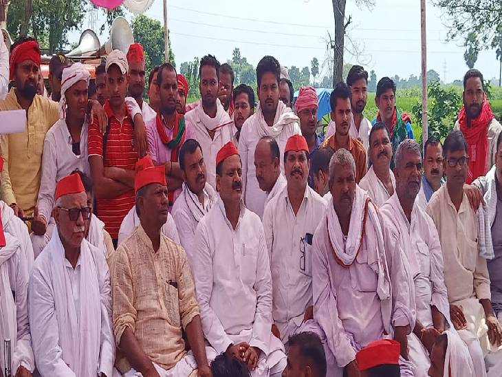 जंगीपुर विधानसभा में बदहाल सड़कें, मरम्मत की मांग को लेकर धरने पर बैठे विधायक; कहा- सौतेला व्यवहार करती है सरकार गाजीपुर,Ghazipur - Dainik Bhaskar