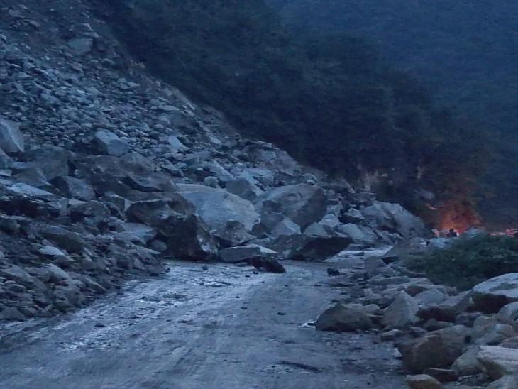 वाहनों की आवाजाही पूरी तरह से ठप, सुबहकुल्लू व सिरमौर में बादल फटने ने हुआ था भारी नुकसान|देश,National - Dainik Bhaskar