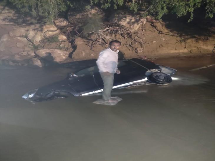 चौहटन में पहाड़ियों से आए पानी ने बनाए बाढ़ जैसे हालात, दुकान और घरों में घुसा पानी, 30 एमएम बारिश, रेत में धंसे मिले वाहन|बाड़मेर,Barmer - Dainik Bhaskar