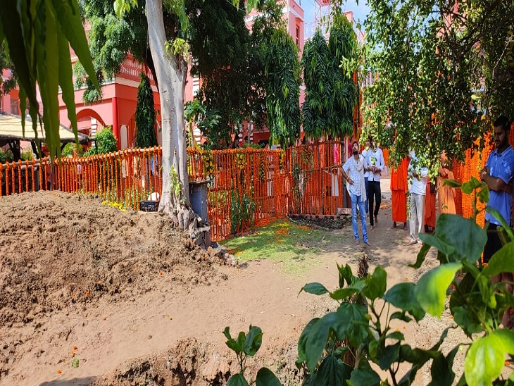 अखाड़ा परिषद के अध्यक्ष के समाधि स्थल को सजाने के लिए आया है गुलाब, गेंदा और चमेली का फूल; संतों के साथ परिजन भी रहेंगे|प्रयागराज (इलाहाबाद),Prayagraj (Allahabad) - Dainik Bhaskar